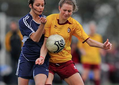 femme bleu contre jaune au foot